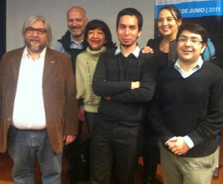 Junto al organizador del Foro, Fernando Irigaray, aparecen los profesores chilenos de Periodismo: Juan C. Camus, Patricia Peña, Gabriel Mérida, Claudia Gutiérrez y Alejandro Morales.