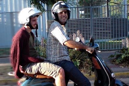 La foto muestra a Leo Prieto al volante de su Vespa en 2007. De pasajero, Tomás Pollak.