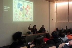 Mariana Santos en su charla en la Universidad Finis Terrae, junto a Miguel Paz